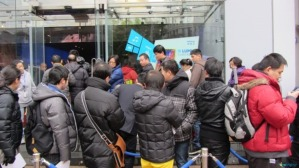 Crowds are controlled outside Nokia's flagship store in Shanghai